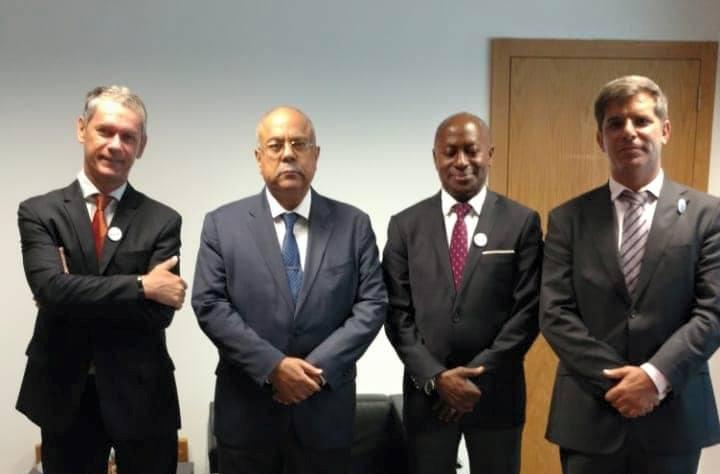 Responsáveis da direcção da Associação dos Proprietários Imobiliários de Angola (APIMA) com o Ministro da Comunicação Social, João Melo
