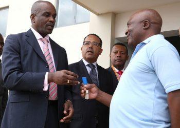 Secretário de Estado da Habitação, Joaquim Silvestre, entrega as chaves da casa a um cliente do Estado