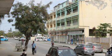 Rua da cidade de Benguela, vendo-se construções ilegais feitas por cima do terraço de um prédio