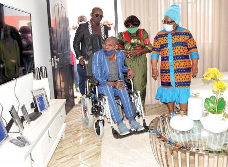 Músico Sebem recebe casa como oferta do MPLA