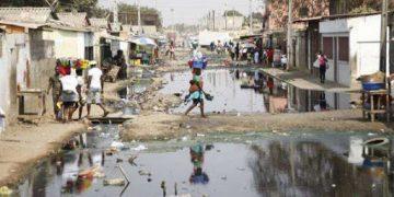 O intermitente Rio Kambambe atravessa a cidade de Luanda e na época das chuvas alaga muitas zonas habitadas